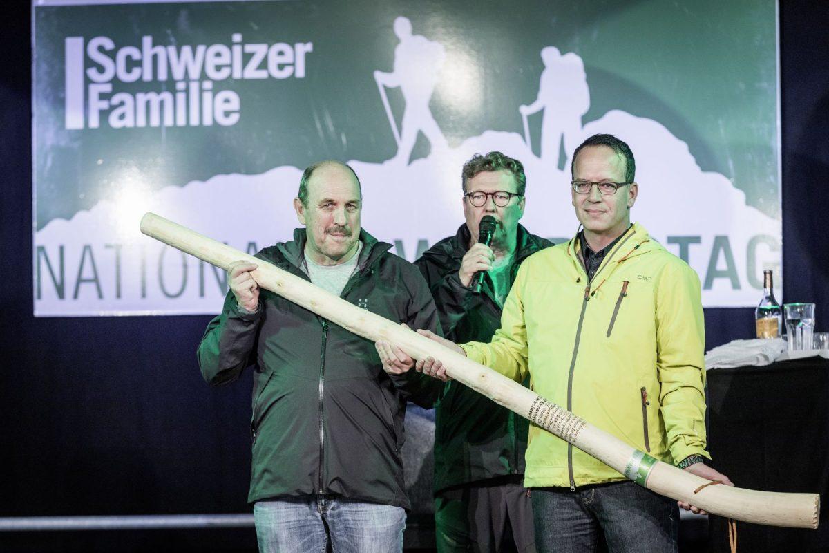 Martin Stuber (links), Gemeindepräsident von Ermatingen (OK Präsident des Wandertags 2017) übergibt den Wanderstock an Johannes Sutter (rechts) - Gemeindepräsident Arboldswil (Ok Präsident des Wandertags 2018).