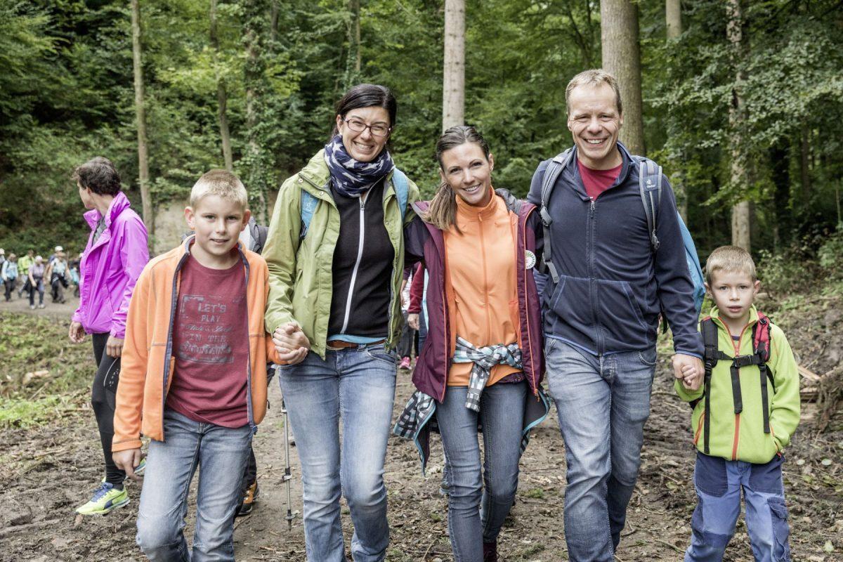 Wandergotte und Moderatorin Viola Tami mit einer Familie unterwegs zum Arenenberg auf der mittleren Wanderroute.