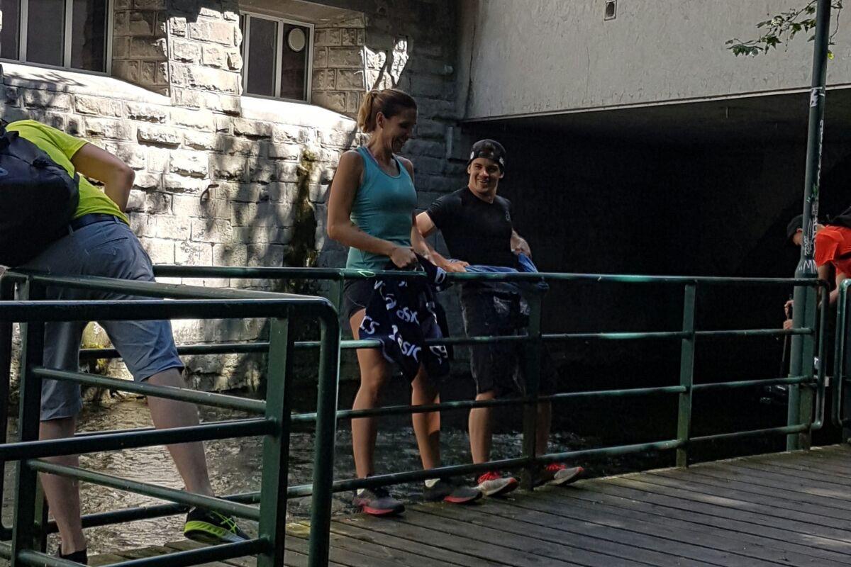 Diese Kraftübung kann überall gemacht werden, zu Hause an der Türfalle oder unterwegs an einem Geländer.