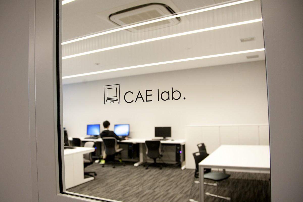 Computer Aided Engineering (CAE): Rechnerunterstützte Lösung für Entwicklungs- und Konstruktionsprozesse. Dazu gehören Simulation, Validierung und Optimierung von Produkten, Prozessen und Herstellungsverfahren.