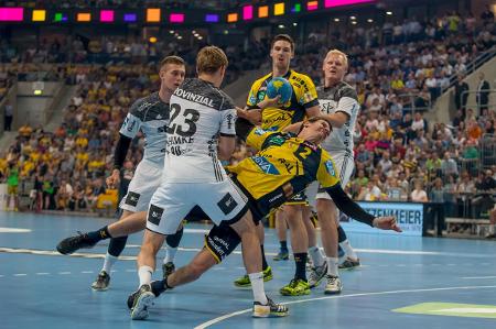 Voller Körpereinsatz: Andy Schmid gegen Rune Damke  gegen Andy Schmid Foto: AS Sportfoto/Soerli Binder