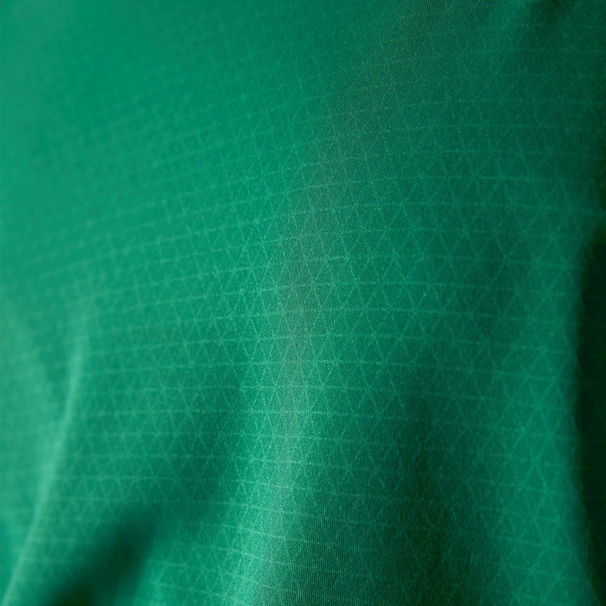 Cooling Print auf der Innenseite des Shirts, kühlt sobald er mit Feuchtigkeit in Kontakt kommt