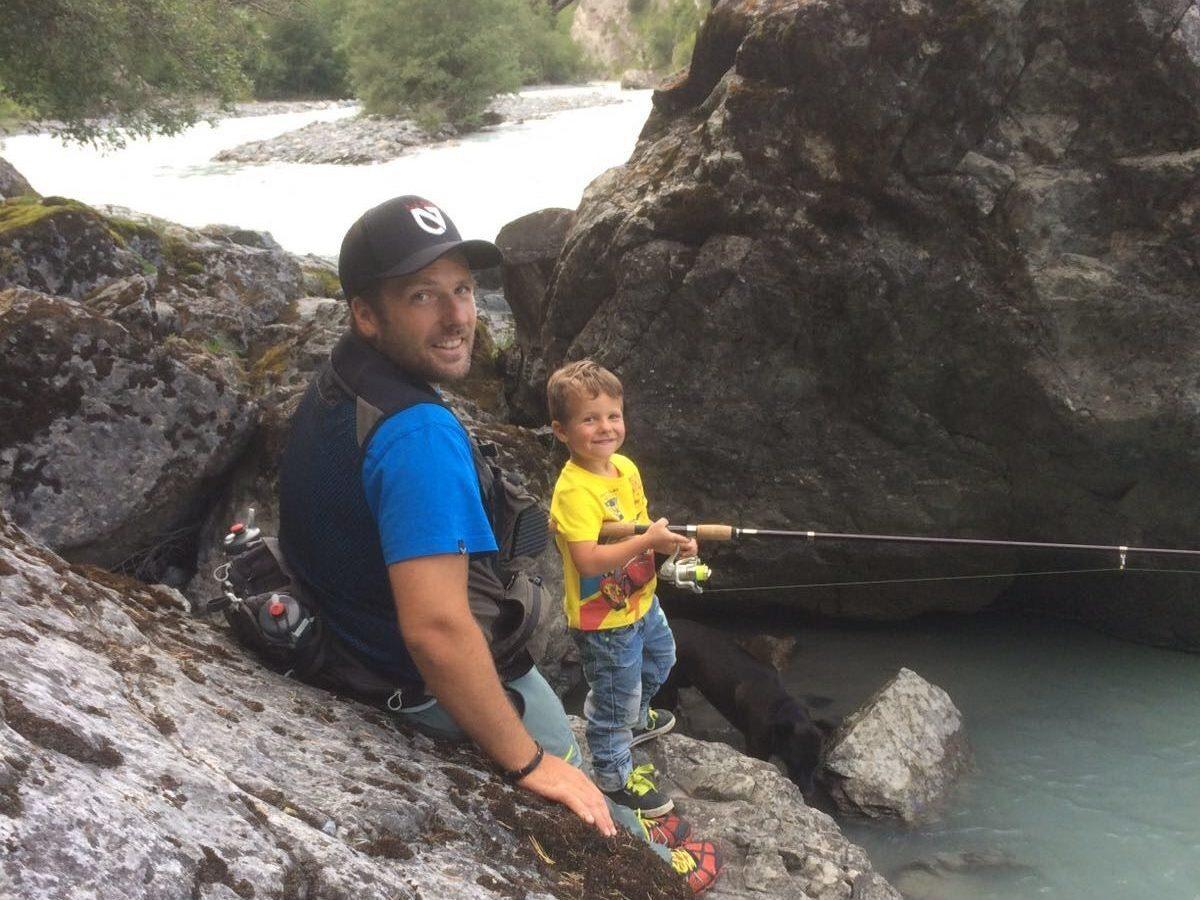 Marco mit seinem Sohn beim Fischen.