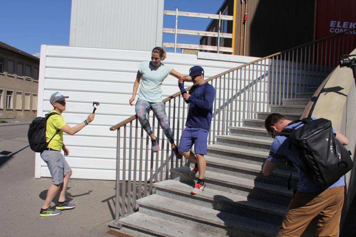 Normalerweise heisst es Treppe statt Fahrstuhl, hier nehmen wir das Geländer