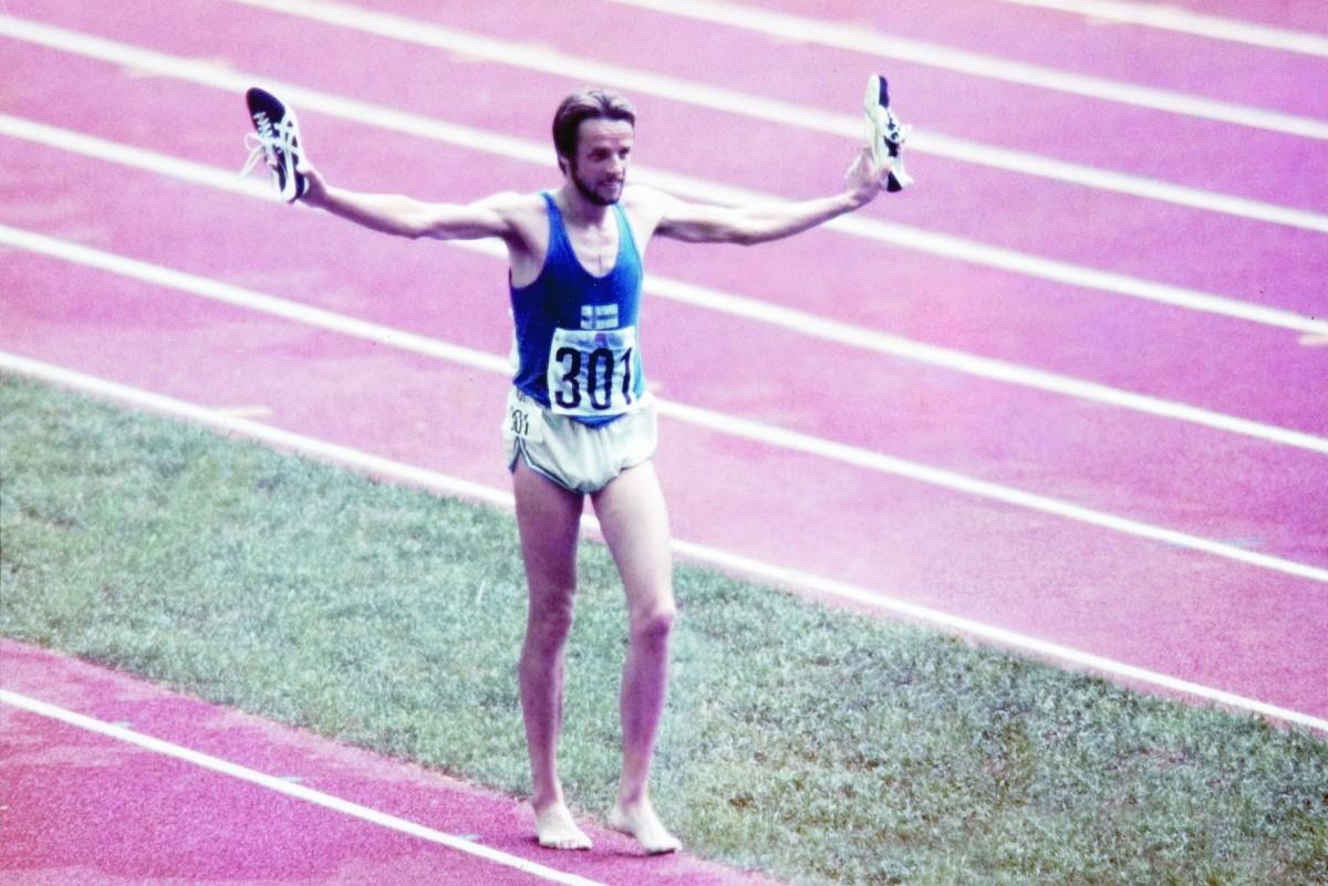 Der Finne Lasse Virén streckt nach seinem Olympiasieg über 10'000 Meter seine Onitsuka Tiger Runspark in die Höhe