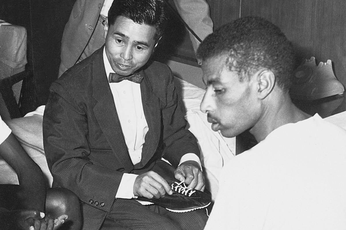 Kihachiro Onitsuka mit dem Marathon-Olympiasieger von 1960 und 1964, Abebe Bikila, beim Schuhtest