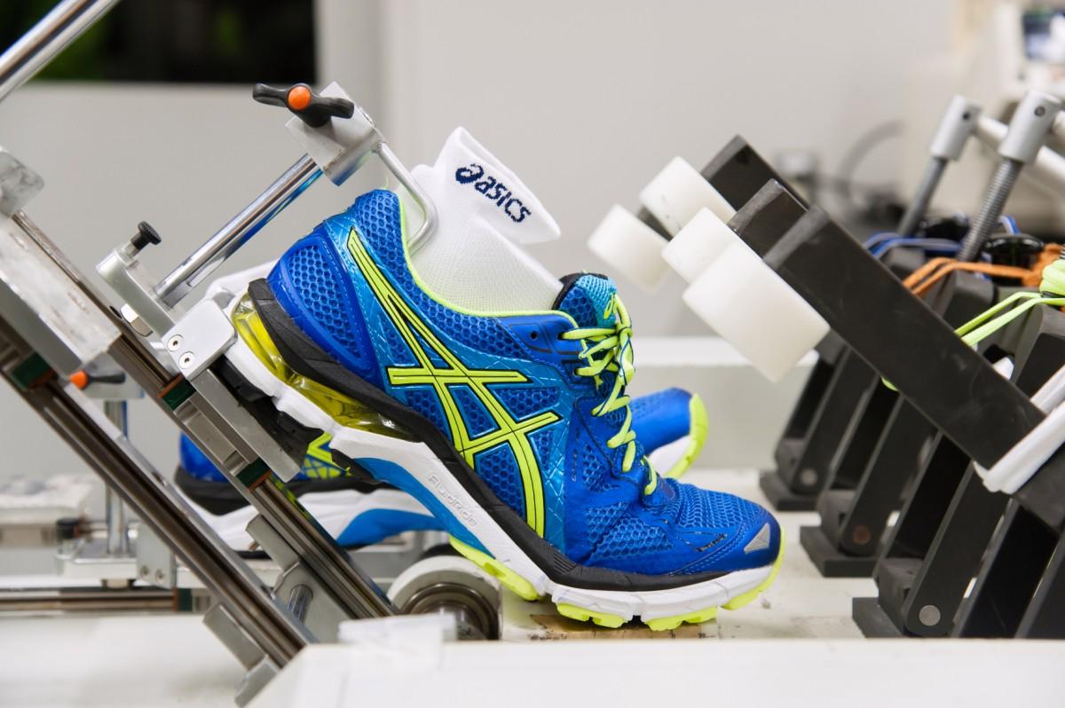 Flexionstest: Misst viel Kraft  nötig ist um die Schuhsohle zu biegen