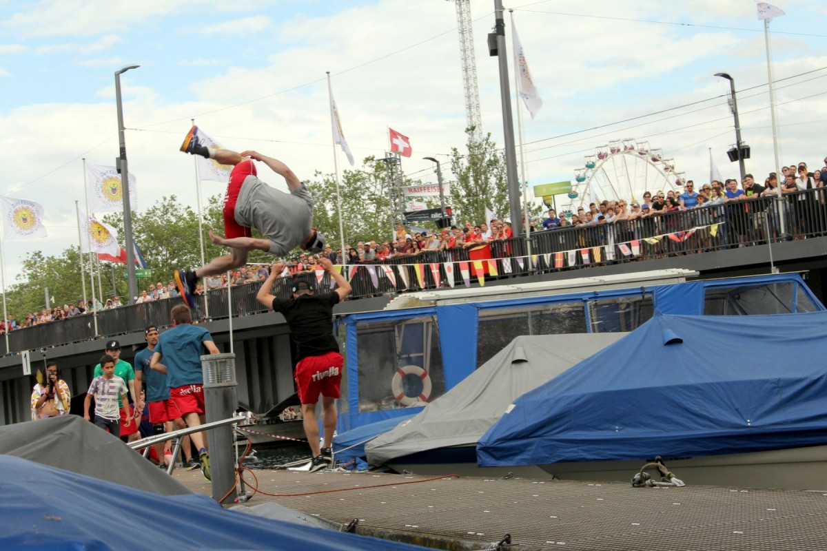 Patrick mit einem Webster-Sideflip vom Pfosten zu den Zuschauern der Quai-Brücke