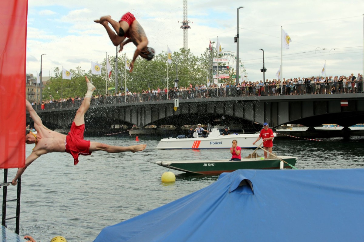Patrick mit einer Human-Flag an der Leiter und Valentin im Hintergrund mit einem Salto aus der Rutsche