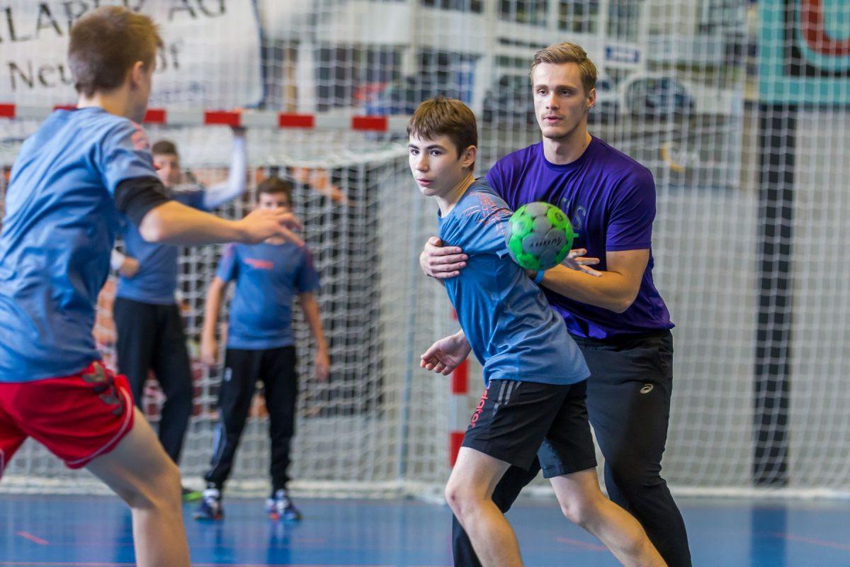Im gemeinsamen Spiel können die Jugendlichen Direkt von den Profis lernen