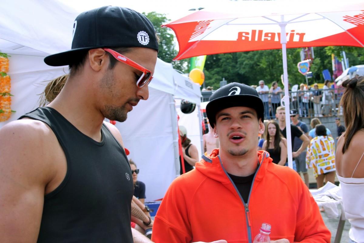 Valentin und Nicolas bei der Analyse der BigAir-Rutsche